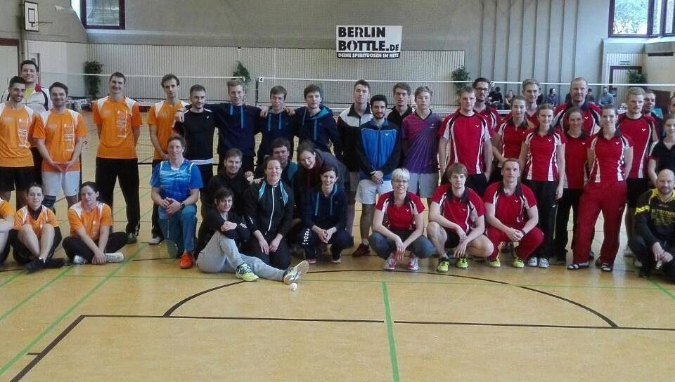 Gruppenbild aller Teams zur Oberligaaufstiegsrunde in Berlin