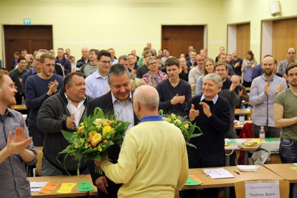 Thomas bedankt sich bei Wolfgang für die gute Zusammenarbeit - im Hintergrund die Delegierten der Vereine