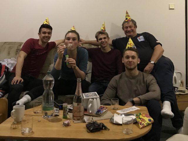 """""""überbordende Partystimmung bei Brians Geburtstagsfeier"""" - Foto: Kay Witt"""