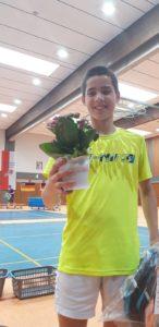 """""""Glücklich ob des gewonnenen Blumentopfs: U 17- Jungeneinzelsieger Karim Krehemeier"""""""